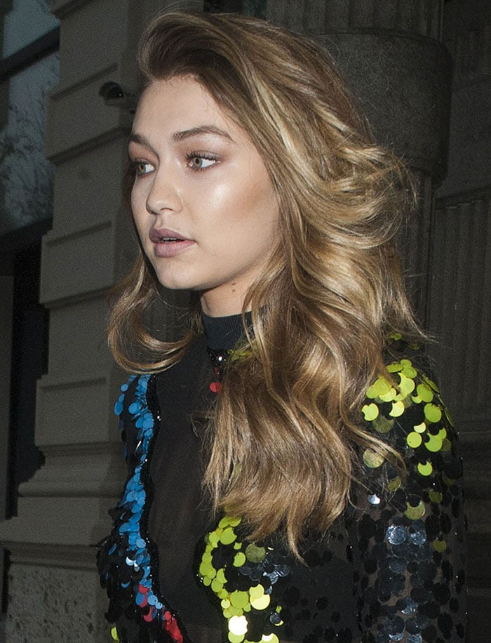 Her blonde locks were worn down in voluminous waves, while some bronzed makeup completed her look.