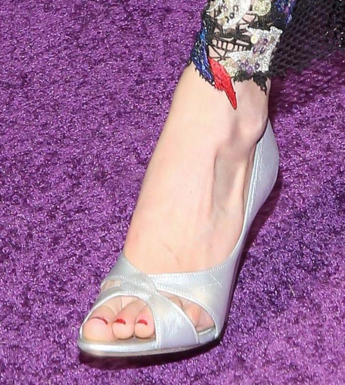 Gigi-Hadid-silver-peep-toe-pumps-1