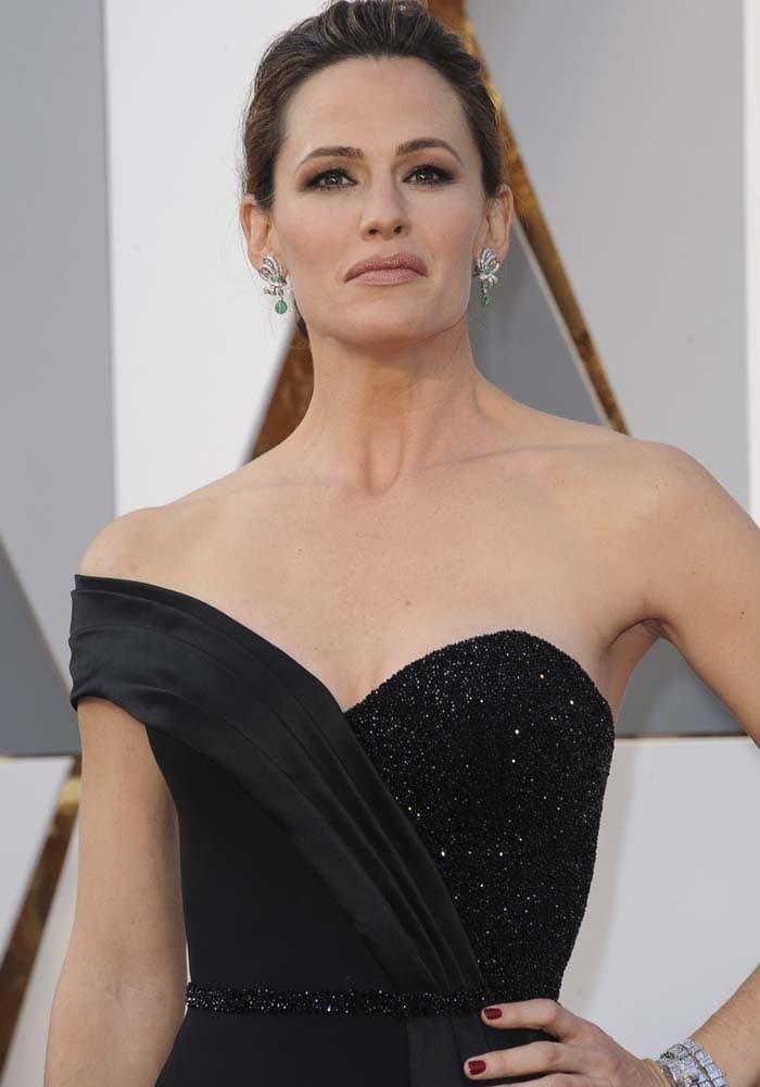 Jennifer Garner wears her hair back at the 2016 Academy Awards