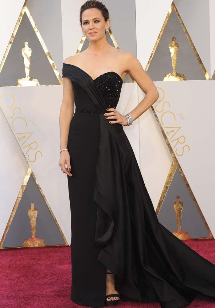 Jennifer Garner wears a black Atelier Versace gown on the red carpet