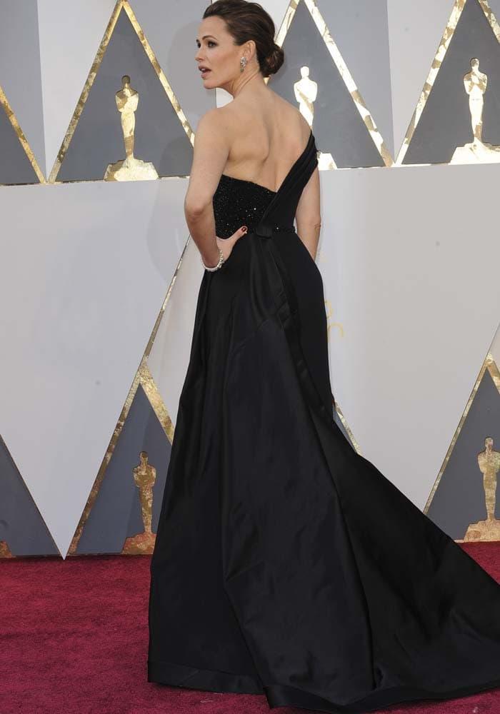Jennifer Garner shows off the back of her black Atelier Versace gown