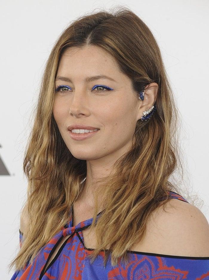 Jessica Biel wears neon blue eyeliner at the Film Independent Spirit Awards
