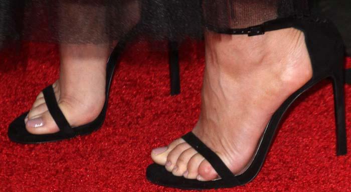 """Kaley Cuoco's feet in Stuart Weitzman's """"Nudist"""" sandals"""