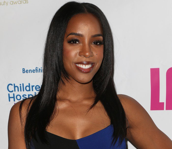 Kelly Rowland flashes a big smile as she makes her way inside the 2016 Hollywood Beauty Awards