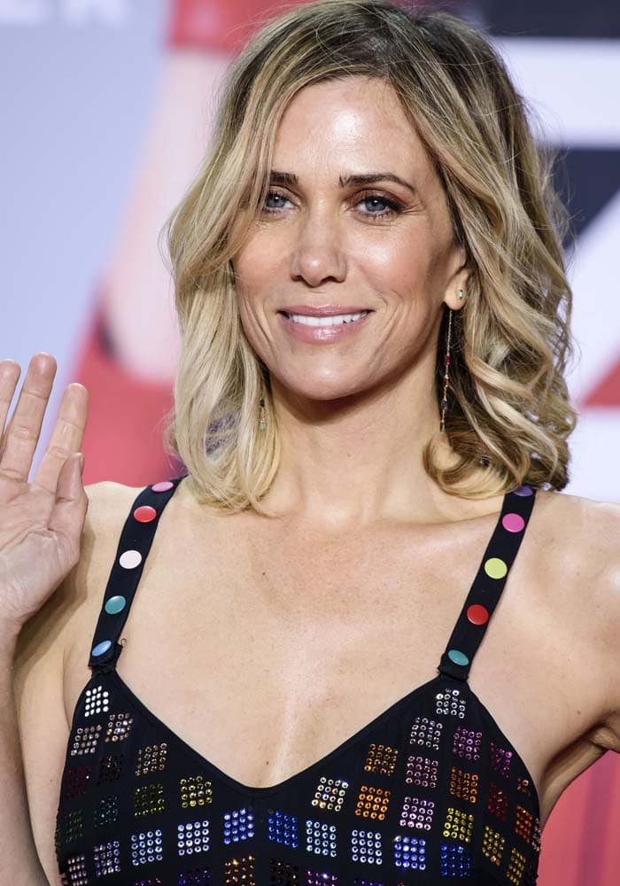 Kristen Wiig wears her hair down and curled at the premiere of Zoolander 2