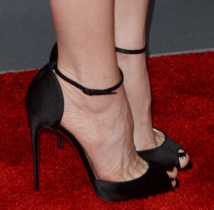 "Leslie Mann's feet in black ""Gardnera"" high heel shoes"