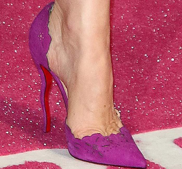 Leslie Mann's feet in laser-cut fuchsia Christian Louboutin pumps