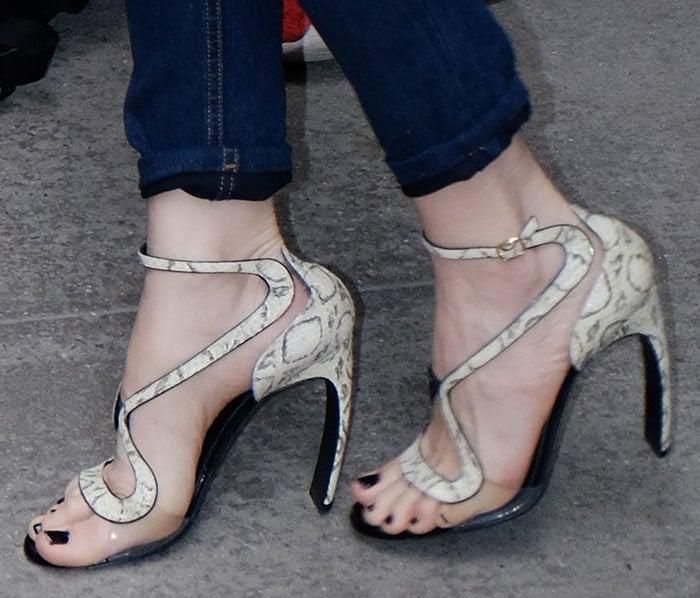 Leslie Mann displays her toes in high heel Nicholas Kirkwood shoes