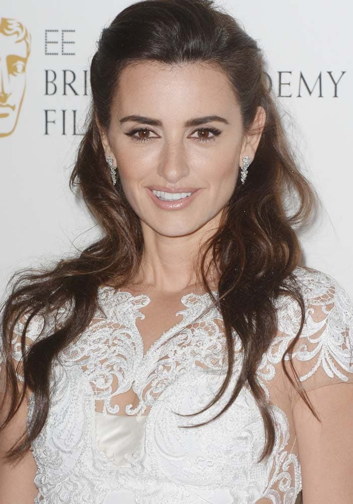 Penelope Cruz wore a lovely lace-sculpted white dress