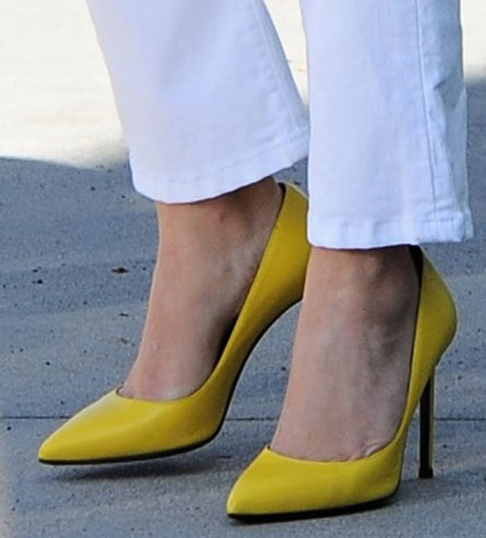 """Reese Witherspoon's feet in yellow """"Paris"""" pumps"""