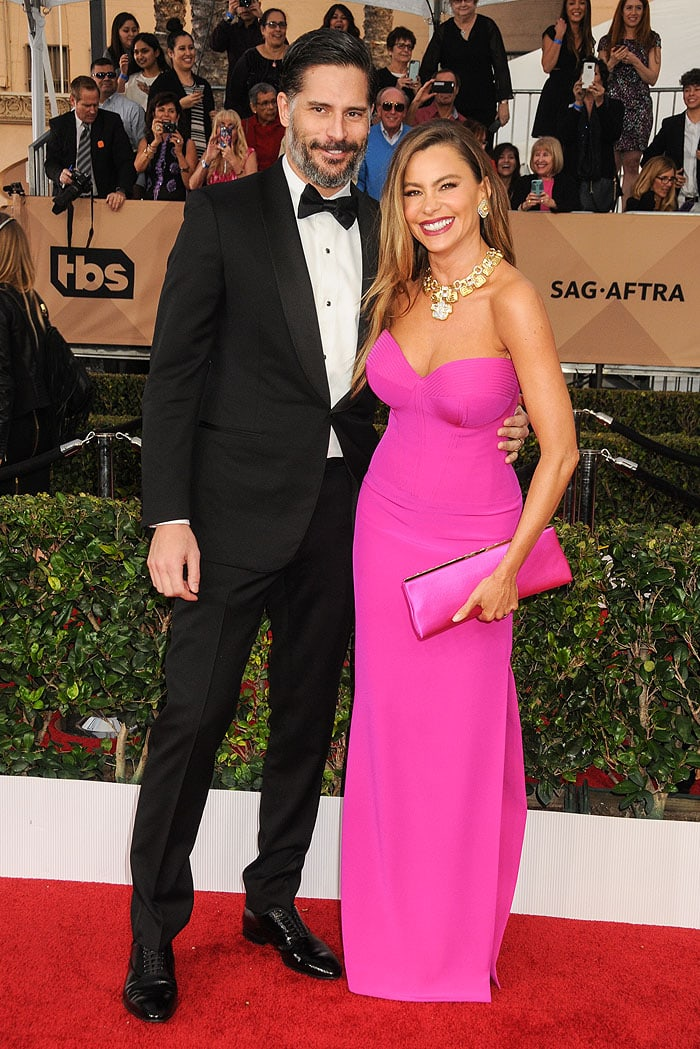 Joe Manganiello and Sofia Vergara posing for photos on the red carpet of the SAG Awards