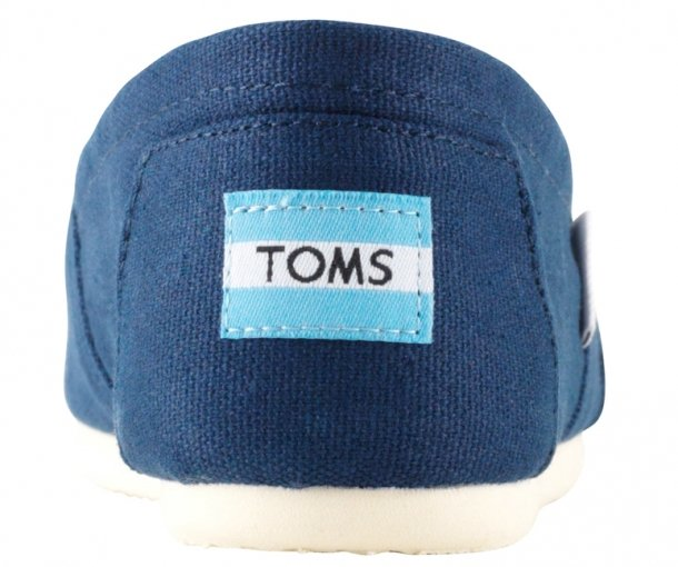 The logo of a genuine TOMS pair should be placed halfway on the back heel part