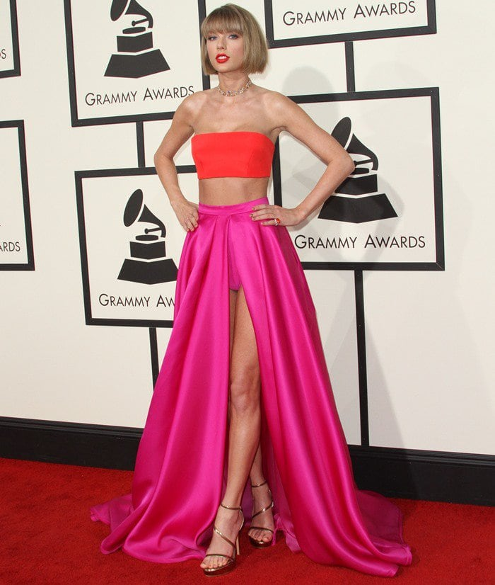 Taylor Swift showed off her new short hairdo in a sensational two-piece outfit from Atelier Versace