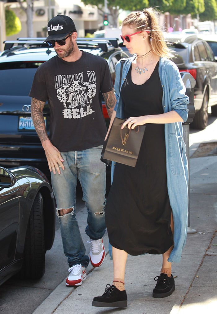 Adam-Levine-Behati-Prinsloo-Beverly-Hills-shopping