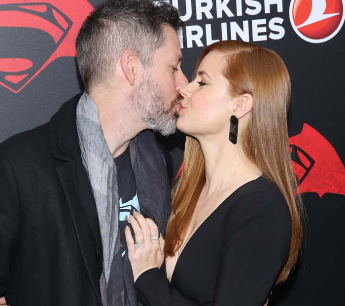 Amy Adams gives her husband, Darren Le Gallo, a smooch on the red carpet