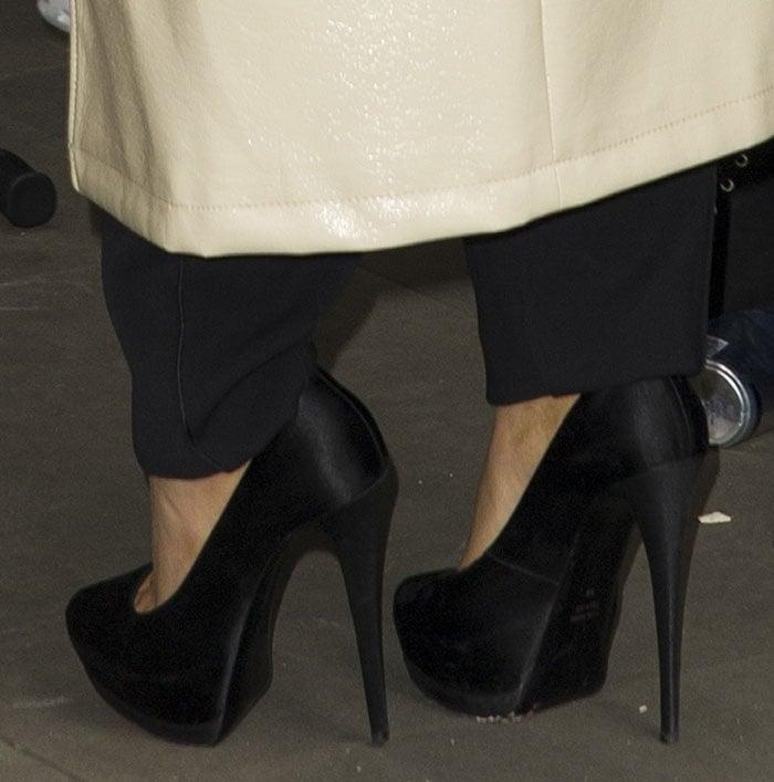 Ariana-Grande-Giuseppe-Zanotti-black-satin-platform-pumps-1