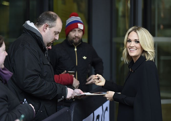 Carrie-Underwood-signing-autographs-outside-BBC-breakfast