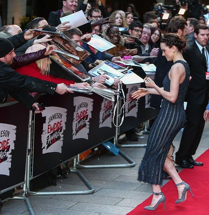 Daisy-Ridley-autographs-fans-Empire-Film-Awards-2016