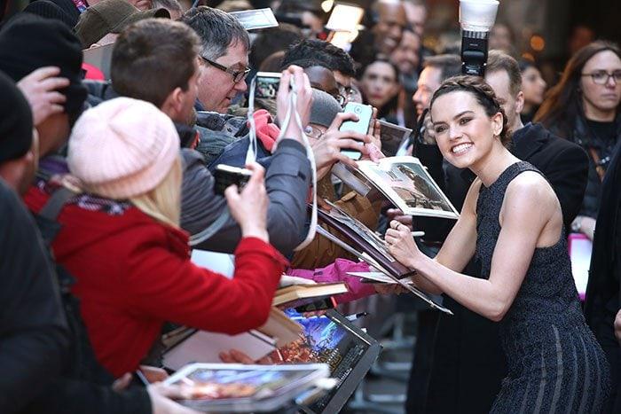 Daisy-Ridley-signs-autographs-fans-Empire-Film-Awards-2016