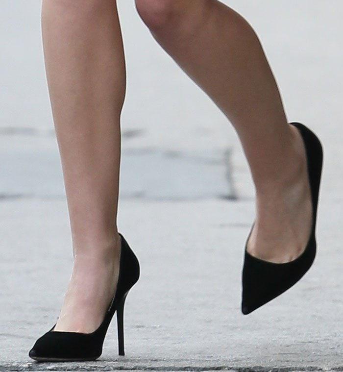 Elizabeth Olsen in black pointy toe suede pumps