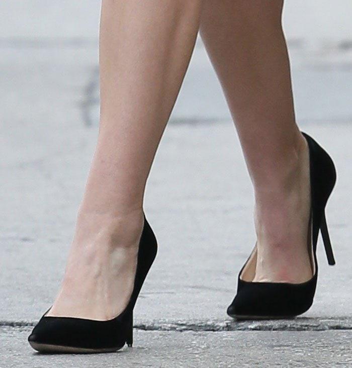 Elizabeth Olsen shows off her feet in black pumps