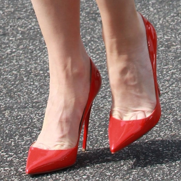 Gwen Stefani's sexy toe cleavage in red patent pumps
