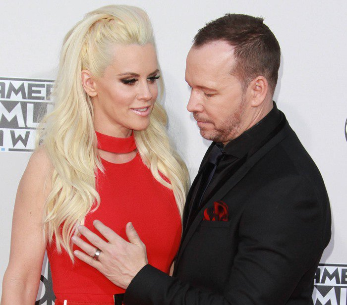 Jenny McCarthy and Donnie Wahlberg fooled around on the red carpet