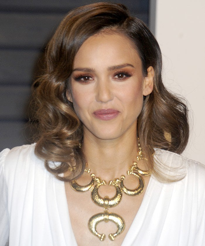 Jessica Alba wears her hair in curls at the 2016 Vanity Fair Oscar Party