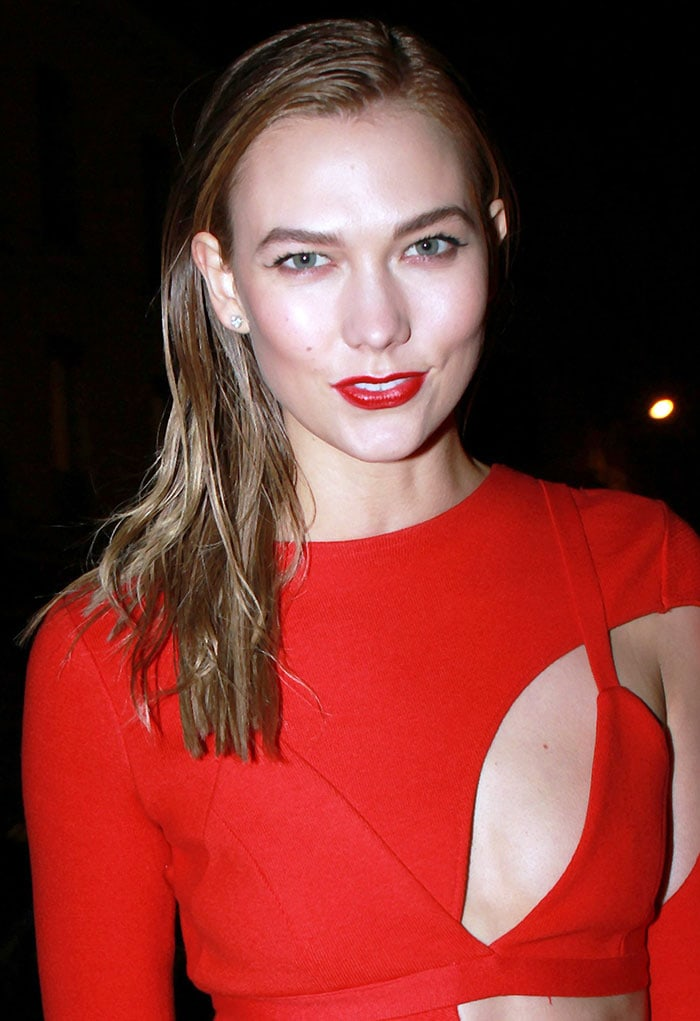 Karlie Kloss'slicked tresses and bright red lipstick finished off her look