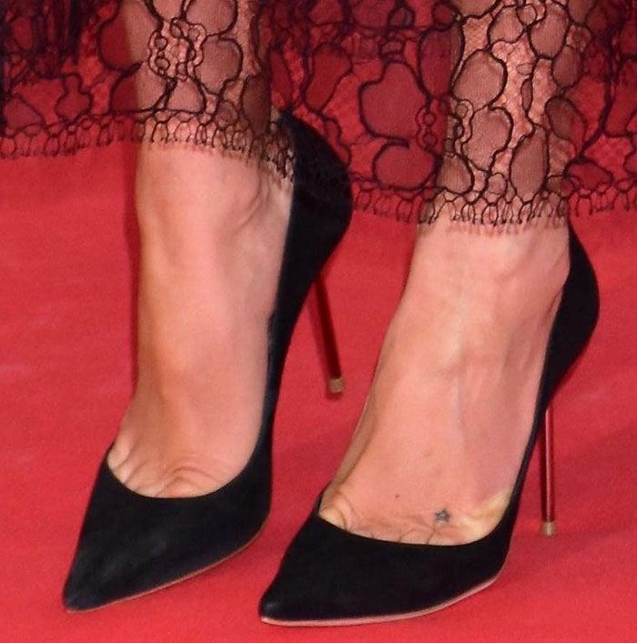 Kate Hudson's feet and star tattoo in black Sophia Webster pumps