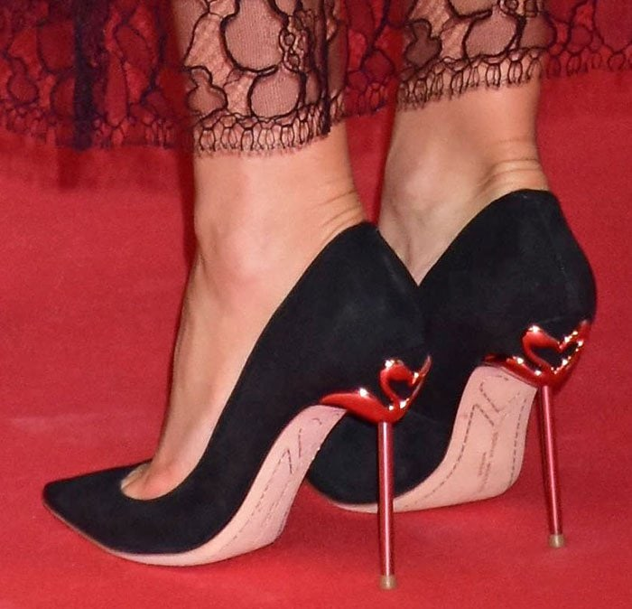 """Kate Hudson's feet in flamingo-accented """"Coco Flamingo"""" pumps"""
