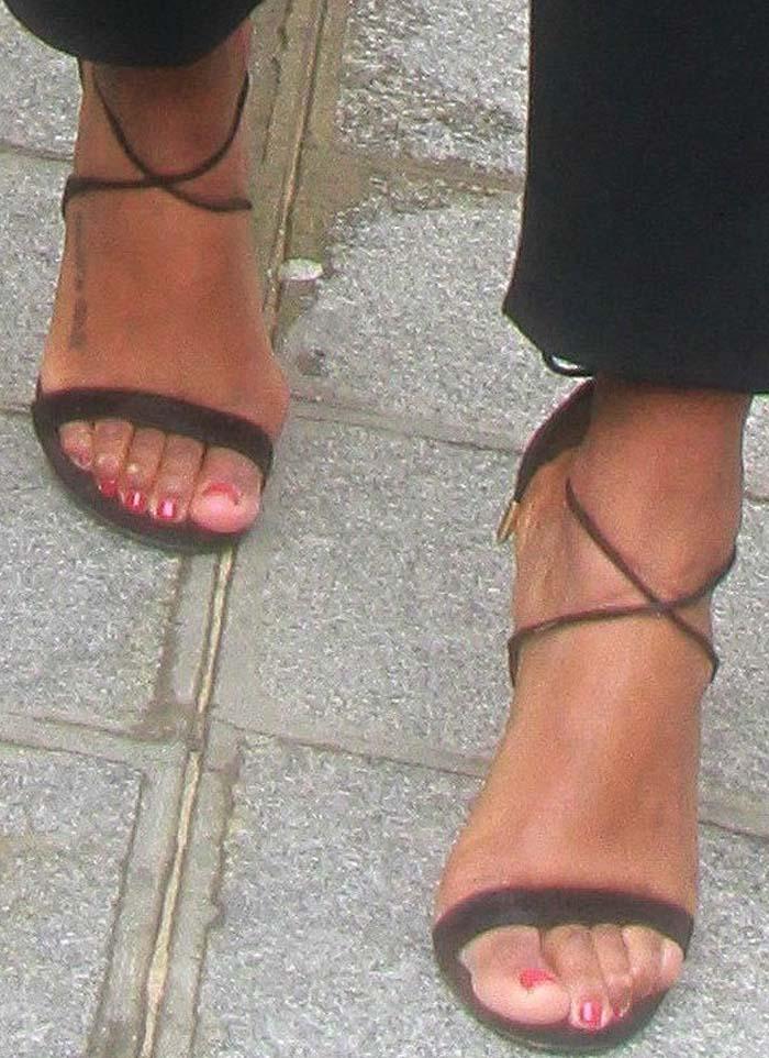Kelly Rowland's feet — and bunions — in black suede Aquazzura sandals