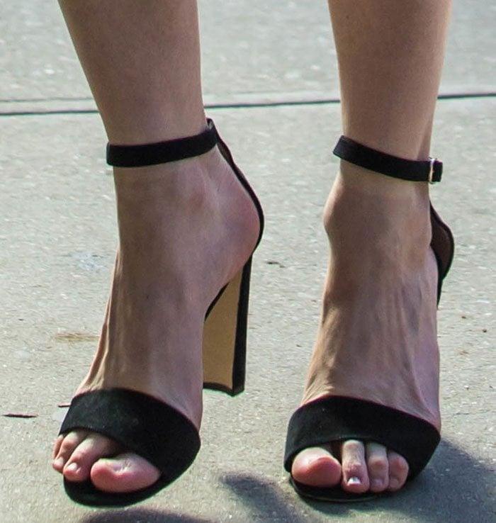 """Kirsten Dunst's feet in black """"Lauratopri"""" sandals"""