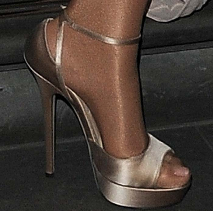0ecb4a92bc2 Mariah Carey runs to her next gig in a pair of Jimmy Choo sandals  previously spotted
