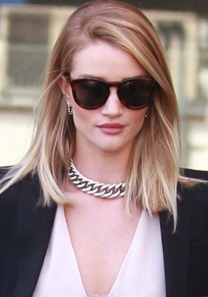 Rosie Huntington-Whiteley wears Oliver Peoples sunglasses