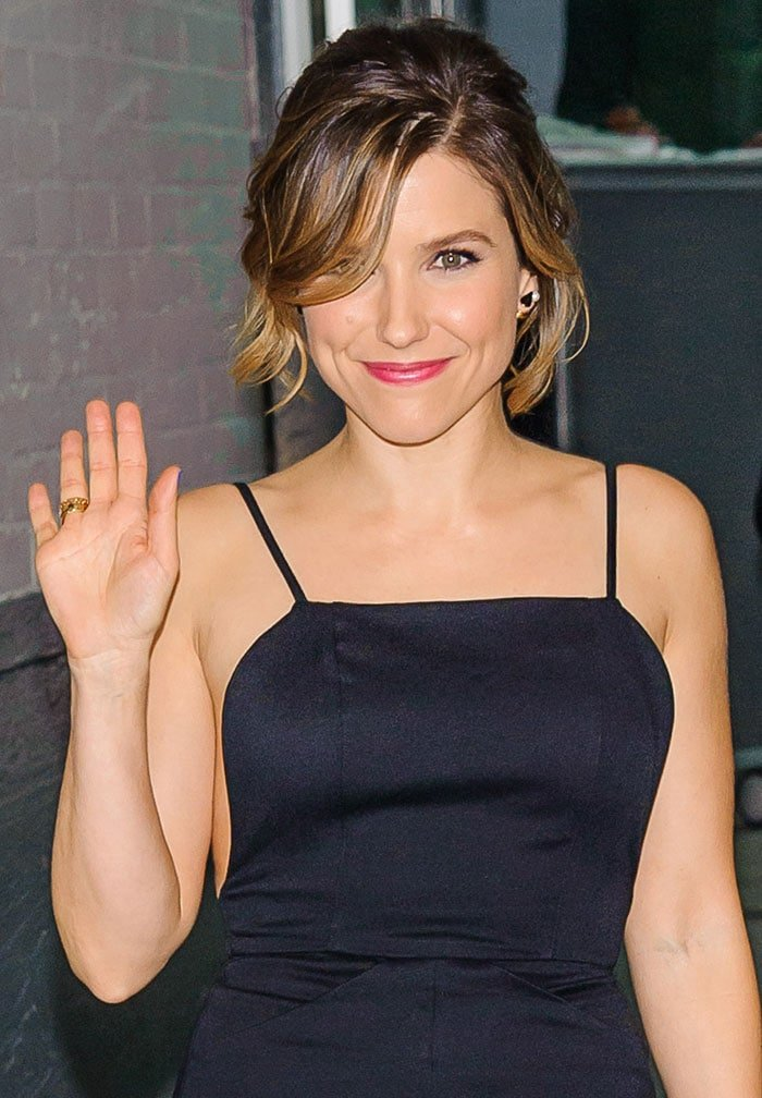 """Sophia Bush clips her hair back for a """"HuffPost Live"""" interview"""