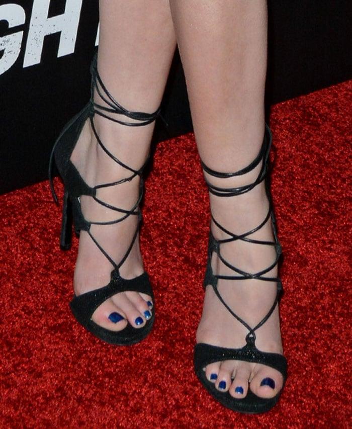 Anna-Kendrick-Stuart-Weitzman-LegWrap-Sandals-1
