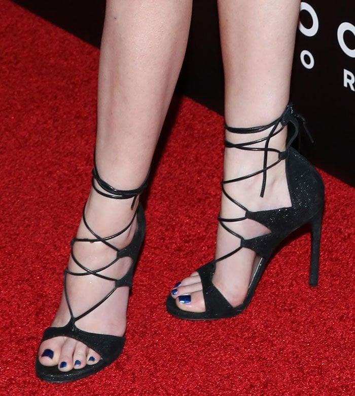 Anna-Kendrick-Stuart-Weitzman-LegWrap-Sandals