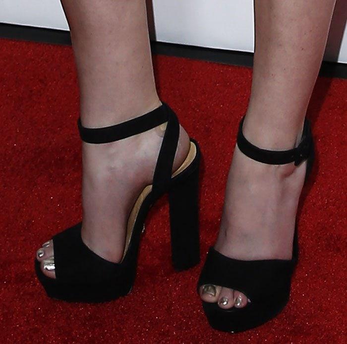 Anna-Kendrick-black-suede-platform-sandals