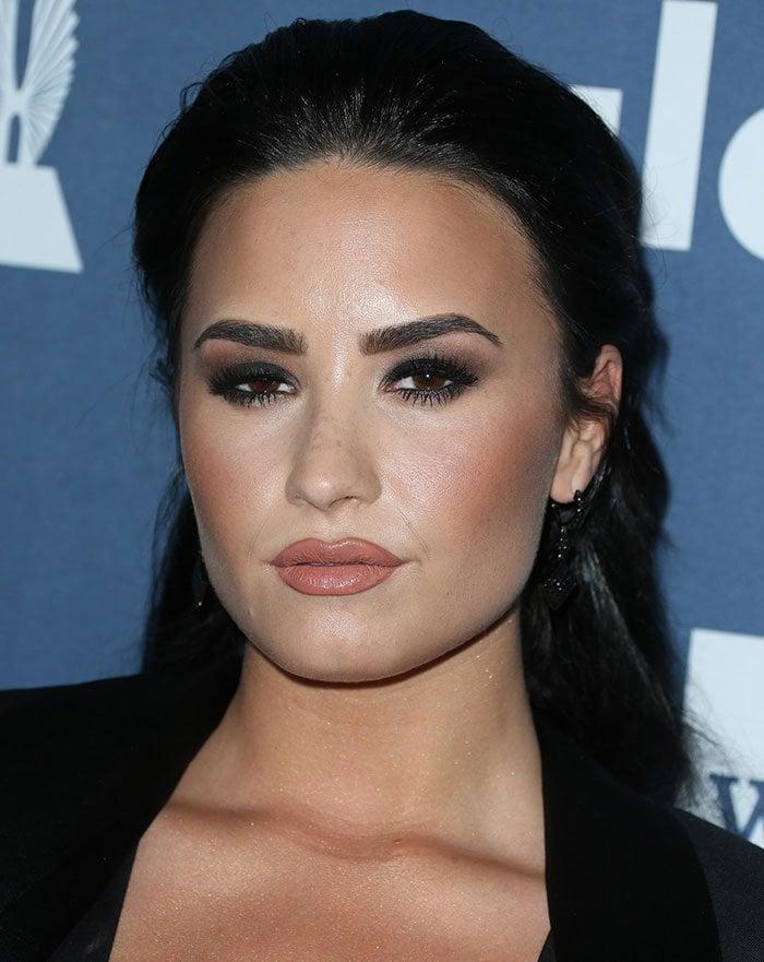 Demi-Lovato-half-up-half-down-hair-smoky-eyes