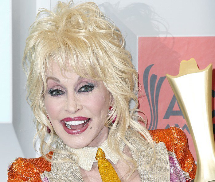 Country music legend Dolly Parton shows off her teeth
