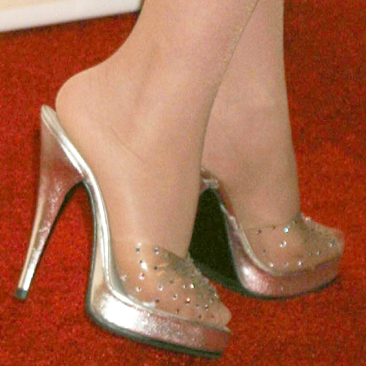 Dolly Parton shows off her size 5.5 (US) feet in high heels