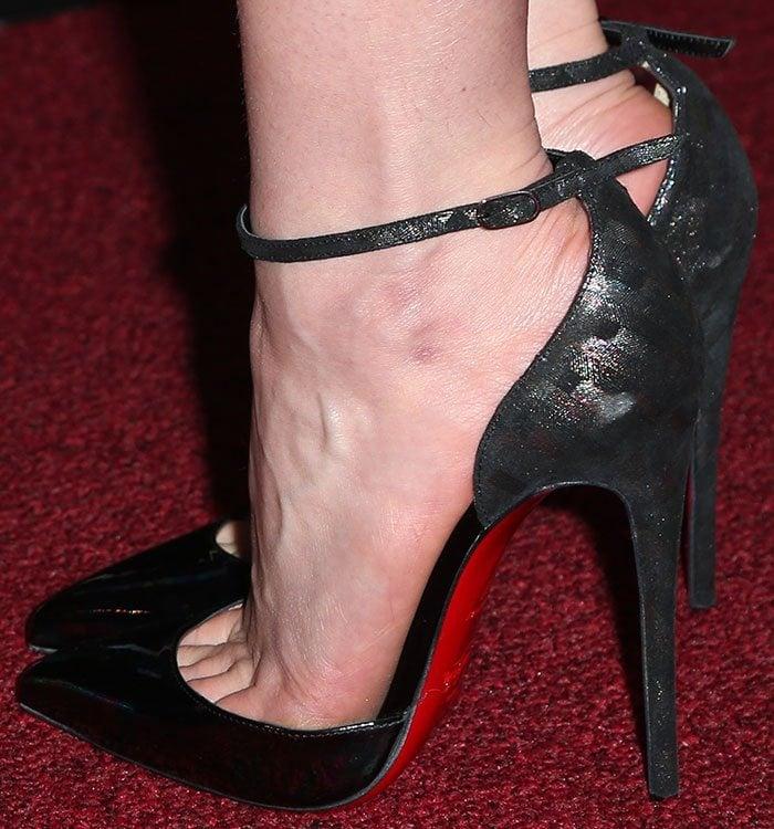 Emilia-Clarke-Christian-Louboutin-d'orsay-pumps