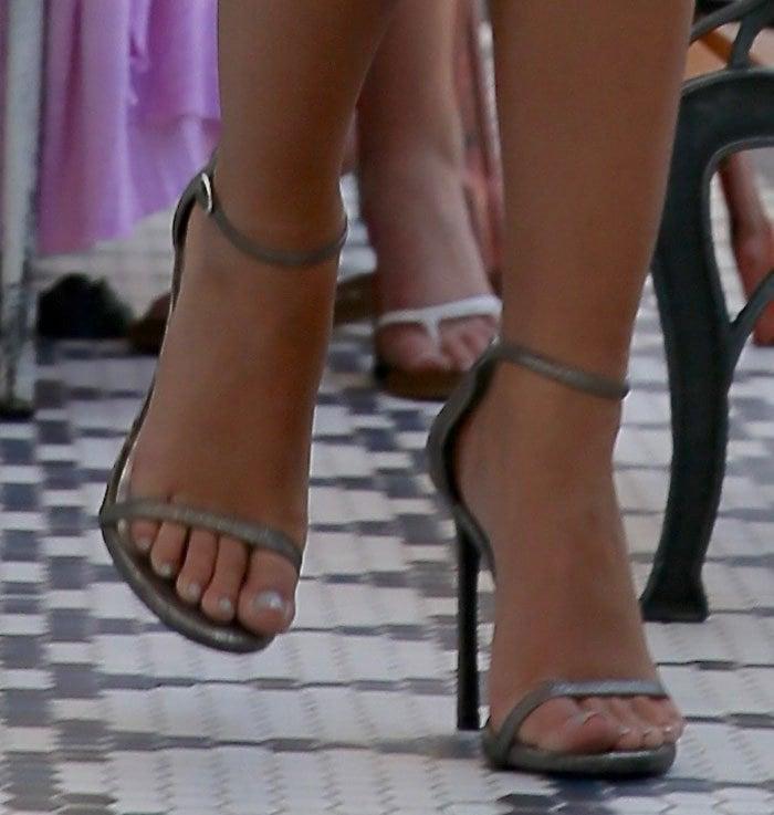 Emily-Ratajkowksi-Stuart-Weitzman-sandals