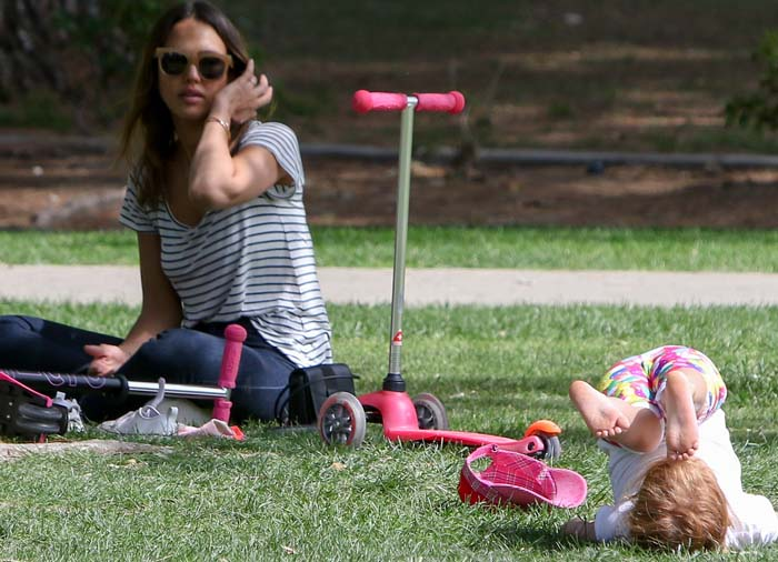 Jessica Alba Kids Park Kenneth Cole 4
