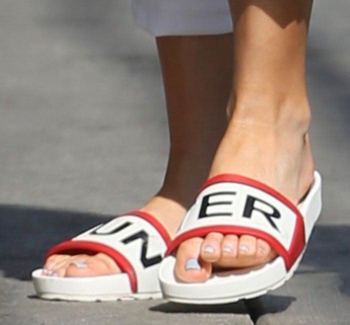 Kate-Hudson-Hunter-rubber-slides