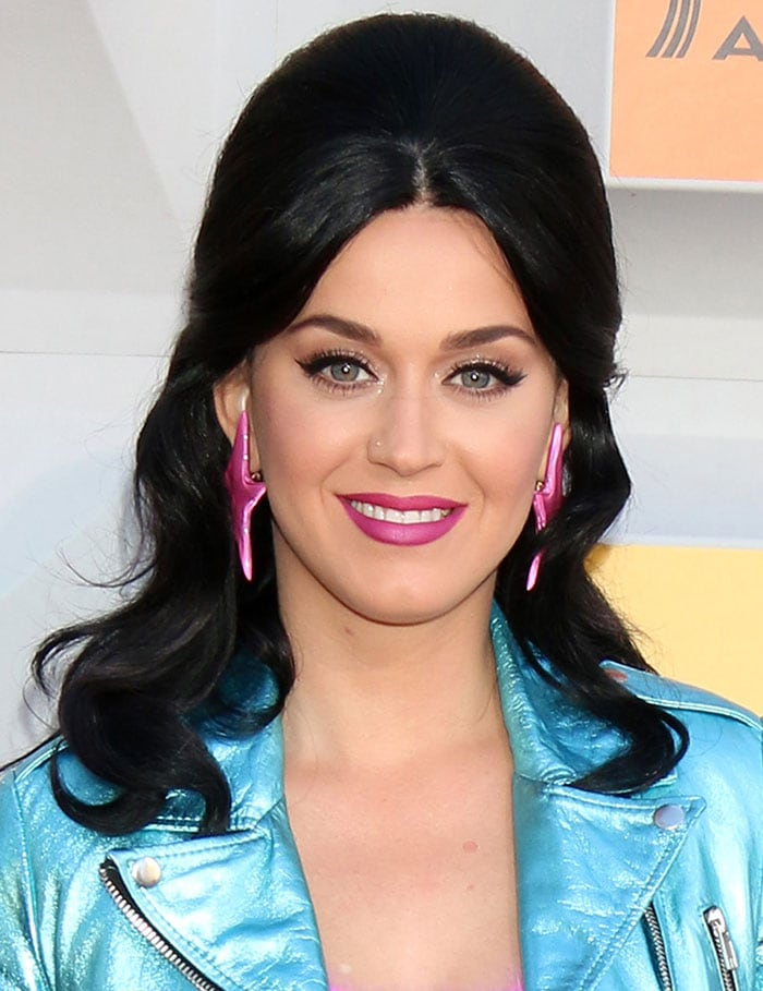 Katy-Perry-beehive-hairstyle-cat-eye-pink-lips