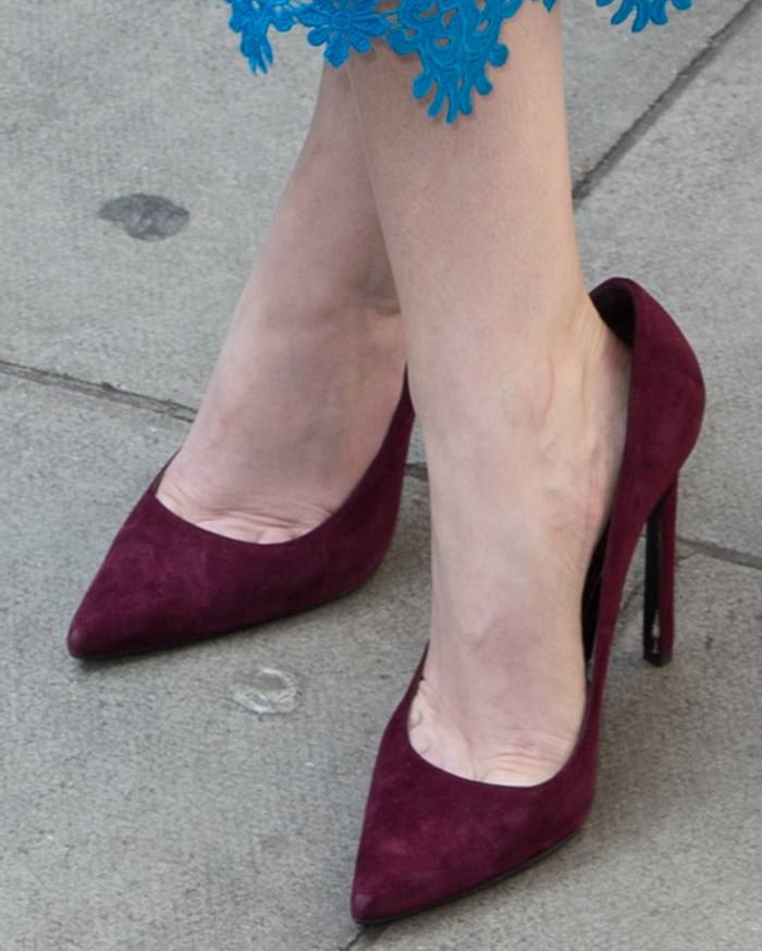 Anna-Kendrick-burgundy-suede-pumps