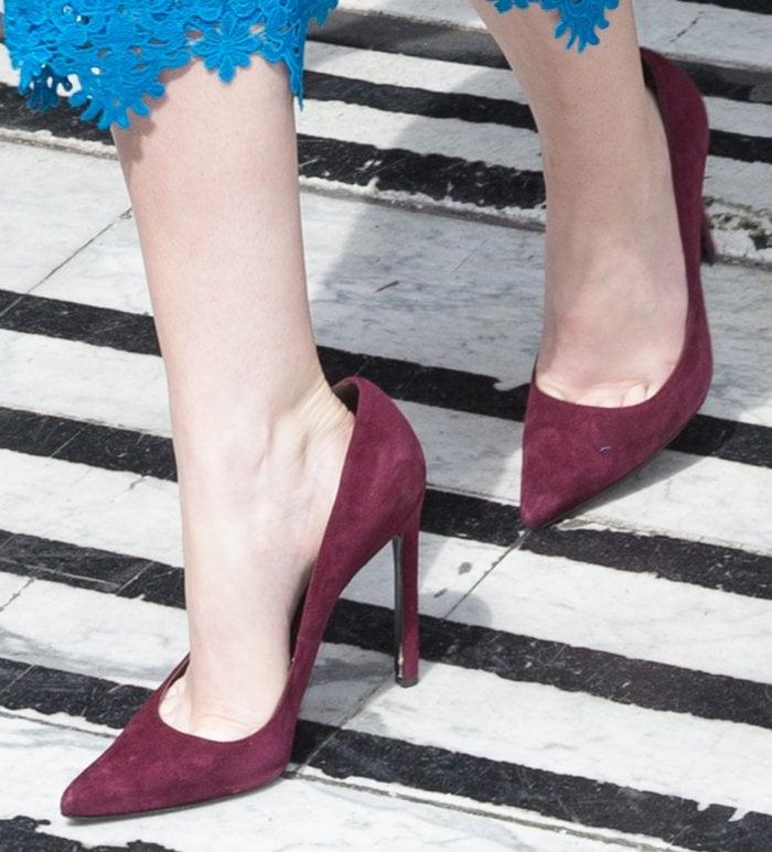 Anna-Kendrick-maroon-suede-pumps
