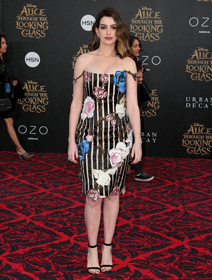 Anne-Hathaway-Alice-Through-The-Looking-Glass-premiere
